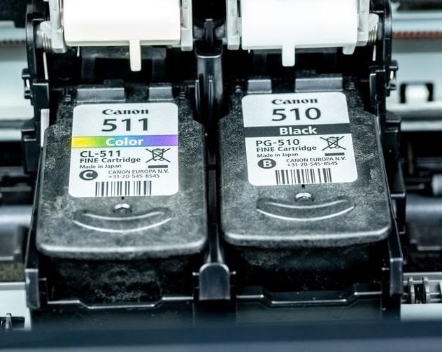 Schwarze und Color Druckkopfpatrone in einenm Canon Tintenstrahldrucker